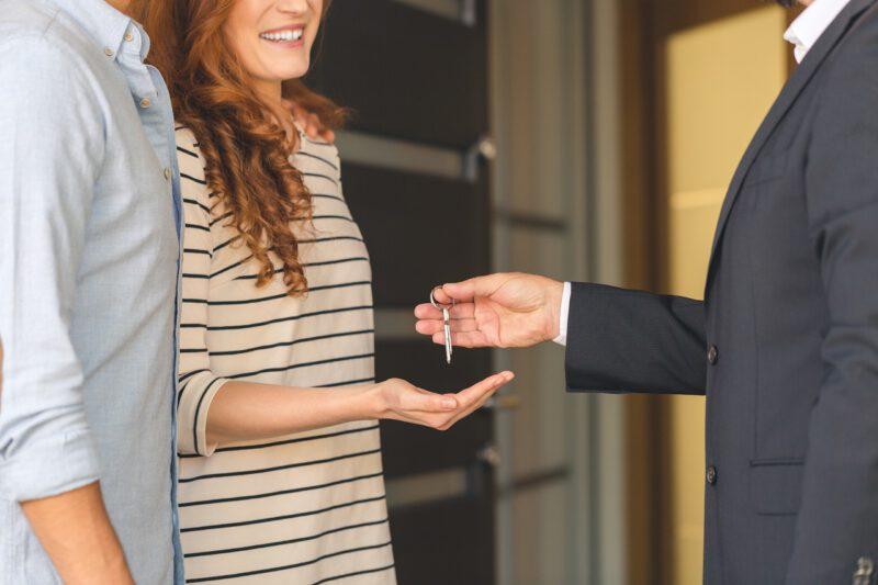 Zakup mieszkania – para odbierająca klucze